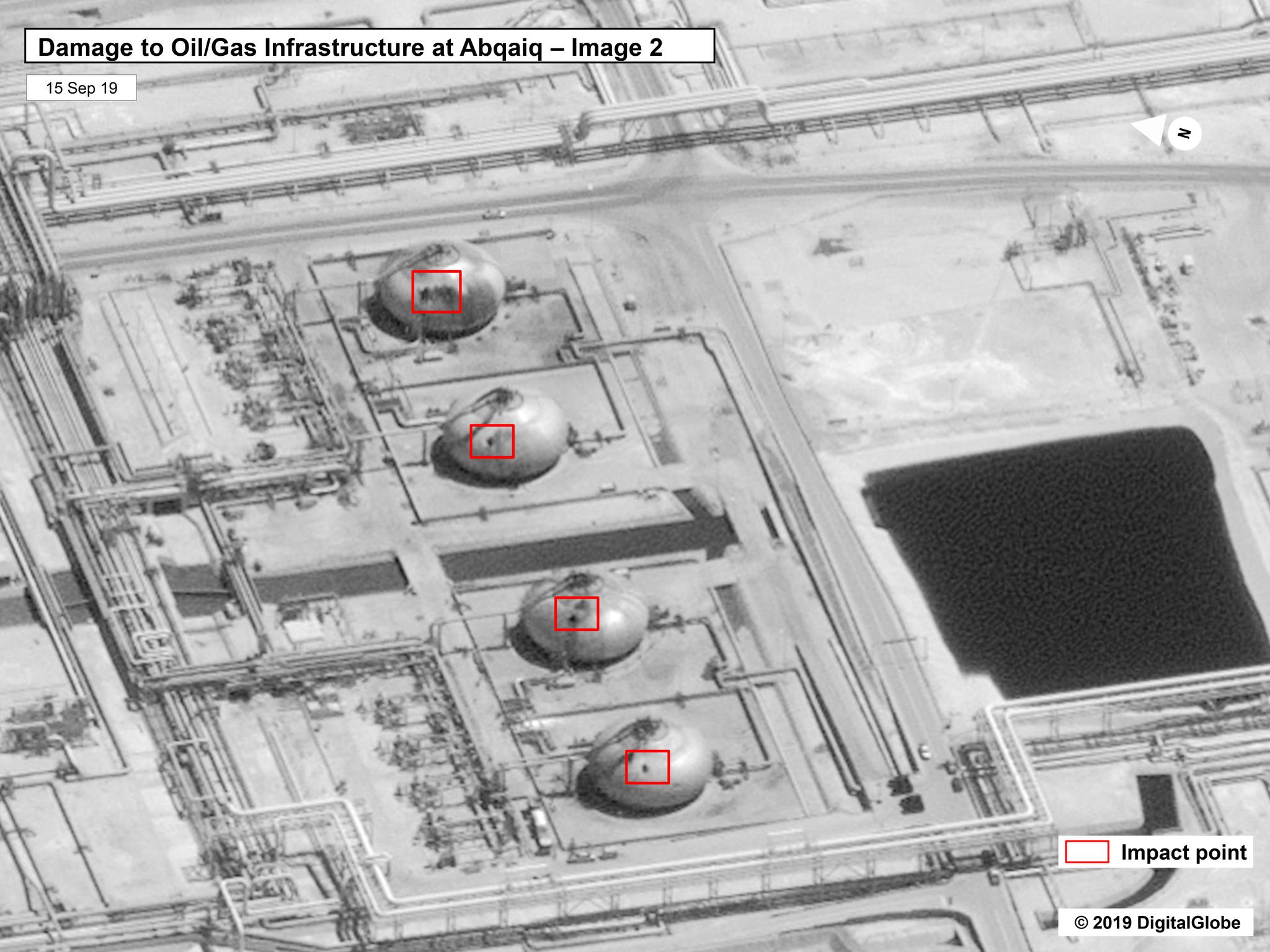 예멘 반군의 드론 공격을 받은 사우디아라비아 아라모의 최대 석유 탈황·정제 시설인 아브카이크 단지. 드론의 공격을 받은 것으로 추정되는 구멍들이 보인다. [AP=연합뉴스]