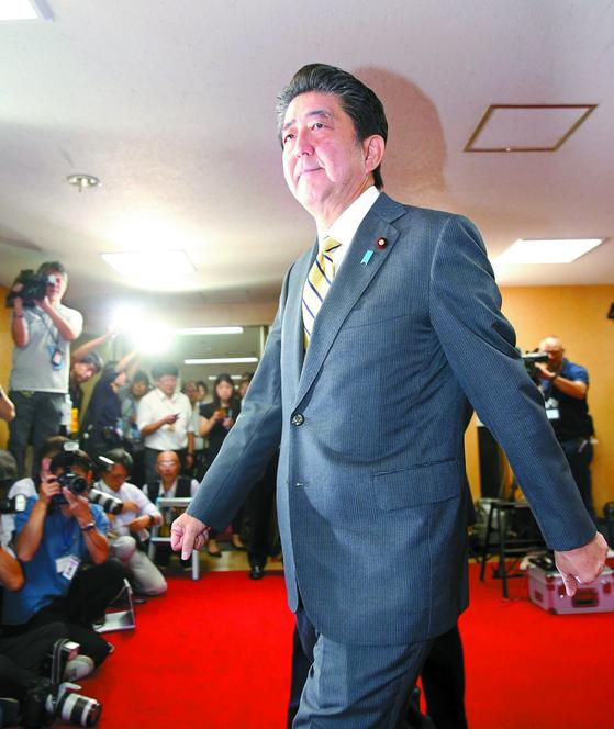 아베 신조 일본 총리는 과거 한국에 친밀감을 드러냈지만 대법원의 강제징용 판결 후 돌변했다. 아베 총리가 한국에 호감을 표시한 건 정치적 목적일 뿐이란 해석도 있다. [EPA=연합뉴스]