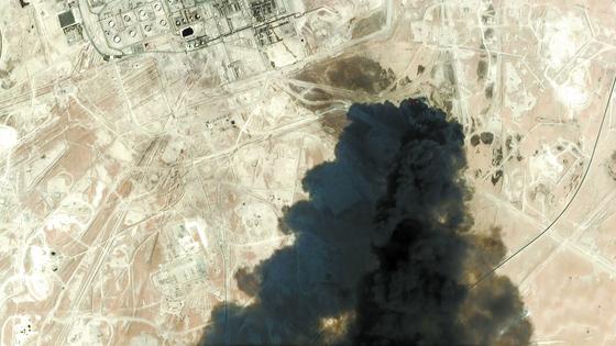 지난 14일 사우디 국영 석유회사 아람코는 동부 아브카이크 원유 처리시설과 쿠라이스 유전이 공격을 받자 원유 생산량을 절반으로 줄였다. 아브카이크 시설은 세계 최대 규모이며, 쿠라이스 유전은 사우디에서 두 번째로 크다. [사진 연합뉴스]