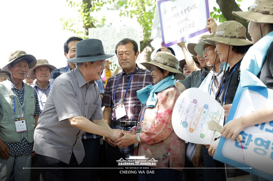 문재인 대통령이 지난 7월 30일 오후 경남 거제시 저도에서 시민들의 환영을 받고 있다. [사진 청와대 페이스북 캡처]