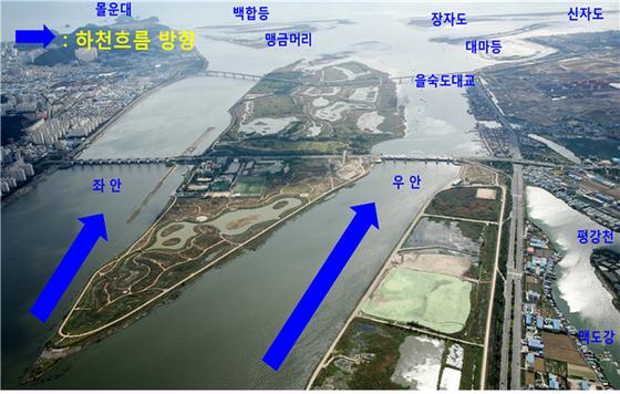 낙동강 하굿둑 인근 지형. 사진 아래쪽이 북쪽, 사진 위쪽이 남쪽(바다쪽)이다. 17일 개방되는 수문은 좌안 8번 수문이다. [환경부 제공]
