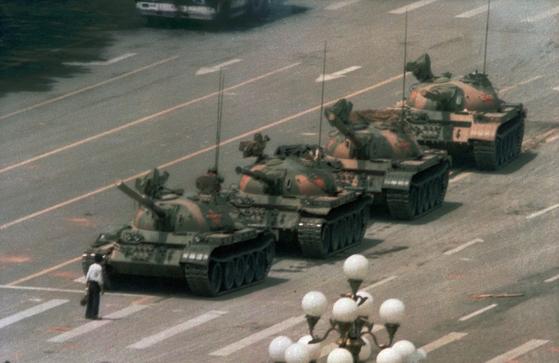 찰리 콜이 1989년 6월 4일 천안문 광장 시위 현장에서 찍은 탱크를 막아선 남성(일명 '탱크 맨')의 모습. 찰리 콜은 이 사진으로 세계보도사진상을 수상했다. [사진 월드프레스포토 재단]