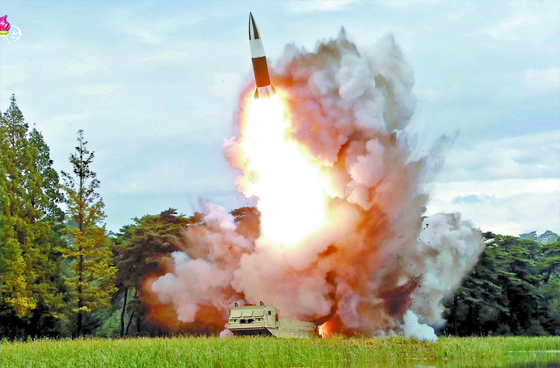 북한이 8월 16일 시험발사했다고 주장한 '새 무기'. 겉모습이 미국 육군의 전술미사일 시스템(ATACMS)과 비슷하다고 해서 '북한판 에이태큼스'란 별명이 붙었다. 군 당국은 북한판 에이태큼스가 북한의 신형 단거리탄도미사일(KN-23) 또는 그 개량형이라고 보고 있다. [연합뉴스]