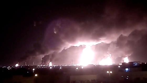 지난 14일(현지시간) 예멘 반군의 무인항공기(드론) 공격을 받아 가동을 중단한 사우디아라비아 국영석유회사 아람코의 석유 시설이 불타고 있다. [로이터=연합뉴스]