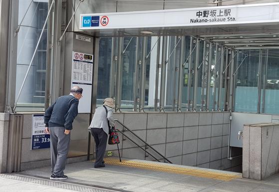 일본 도쿄 나카노구에서 노인들이 지하철을 타기 위해 계단 쪽으로 걸어가고 있다. [연합뉴스]