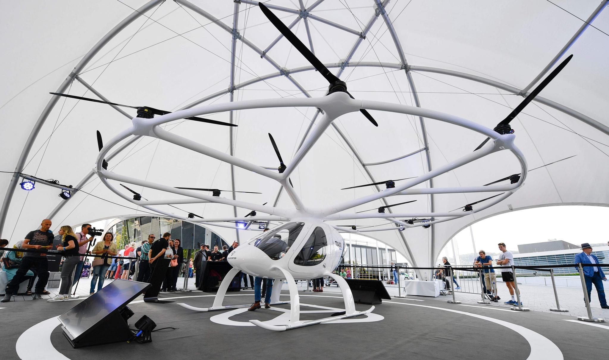 사람들이 14일(현지시간) 독일 슈투트가르트 메르세데스-벤츠 박물관에서 '볼로콥터' 항공 택시를 살펴보고 있다. [AFP=연합뉴스]