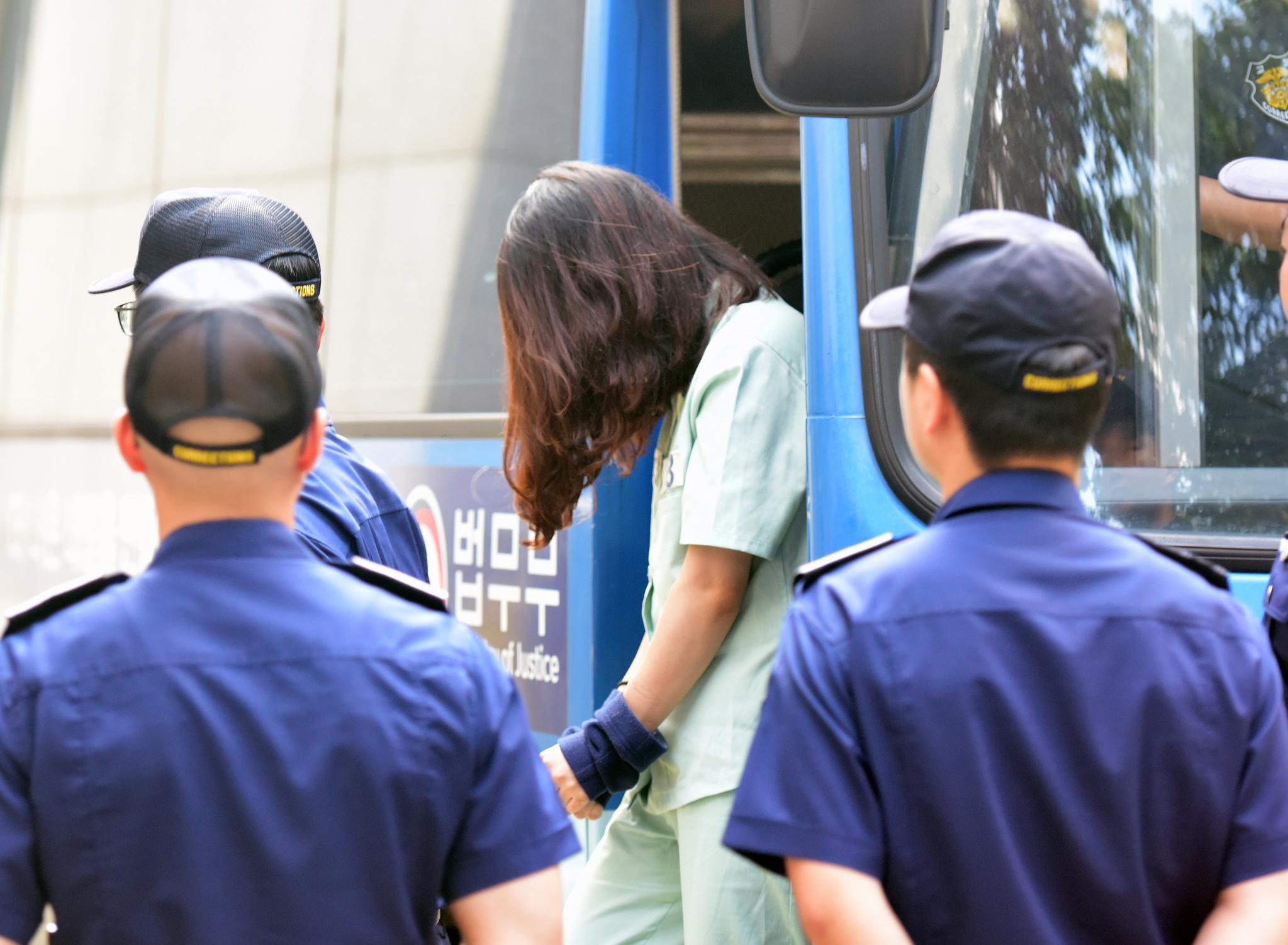 전 남편 살해 혐의로 구속기소된 고유정이 16일 오후 제주지방법원에서 열린 3차 공판에 출석하기 위해 호송차에서 내리고 있다. [뉴스1]