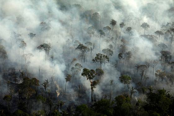 지난 9월 10일 아마존 유역의 열대우림에서 화재로 인한 연기가 끊임없이 나오고 있다. 올해 아마존 유역에선 지난해보다 60%가 많은 4만 건의 산불이 발생해 서울의 약 15배에 이르는 9060㎢가 소실됐다. 중국에 수출할 사료용 콩 경작지를 늘리려는 화전 농민의 방화와 기후변화로 인한 건조현상이 주요 원인으로 꼽힌다. [로이터=연합뉴스]