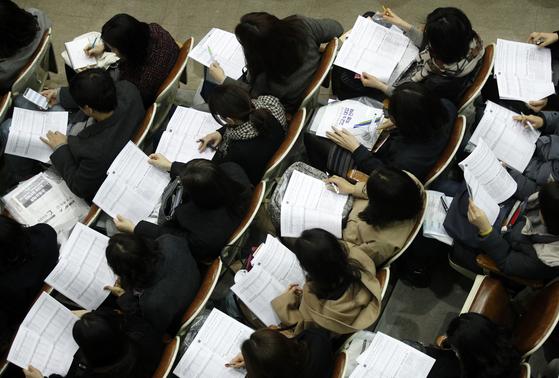 지난 3월 31일 서울 강남구 진선여고에서 열린 '종로학원하늘교육 고교 및 대입 특별 설명회'에서 학부모들이 자료를 살펴보고 있다. [뉴스1]