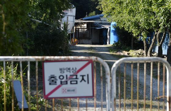 17일 경기도 파주에서 아프리카돼지열병(ASF)이 발생했다. 이날 대전의 한 양돈농가가 출입을 통제한 채 방역 작업을 하고 있다. 김성태 기자