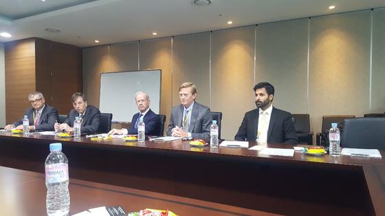 한국에 '원전 컨소시엄'을 제안하기 위해서 지난 6월 중순 방한한 국제평화전력번영 방문단. 가운데 앉아있는 사람이 로버트 맥팔레인 장군이다. 아부다비 = 문희철 기자.