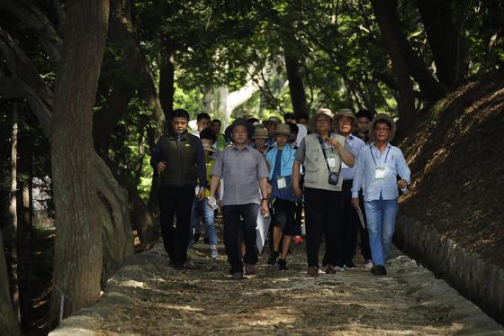 문재인 대통령이 30일 경남 거제시에 위치한 '저도'를 방문해 옛 거주민 및 일반 시민들과 산책하고 있다. 청와대사진기자단