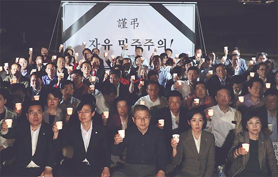 자유한국당 황교안 대표와 나경원 원내대표(앞줄 왼쪽 셋째부터) 등 당 지도부가 16일 오후 서울 청와대 분수대 앞에서 '조국 법무부 장관 사퇴 촉구' 촛불시위를 하고 있다. [뉴스1]