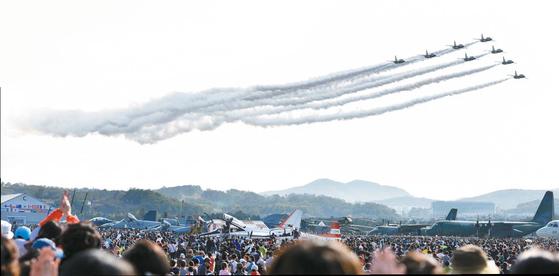 공군의 특수비행팀 블랙이글스가 곡예비행을 펼치고 있는 모습.