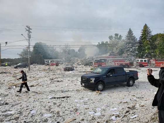 미국 북동부 메인주의 한 건물에서 16일(현지시간) 가스 폭발로 소방관 1명이 숨지고 최소 7명이 다쳤다. 폭발로 2층짜리 건물은 완전히 붕괴했다. [로이터=연합뉴스]