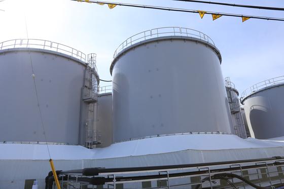 폐로 작업이 진행 중인 후쿠시마 제1원전 내부에 있는 오염수 탱크. [연합뉴스]