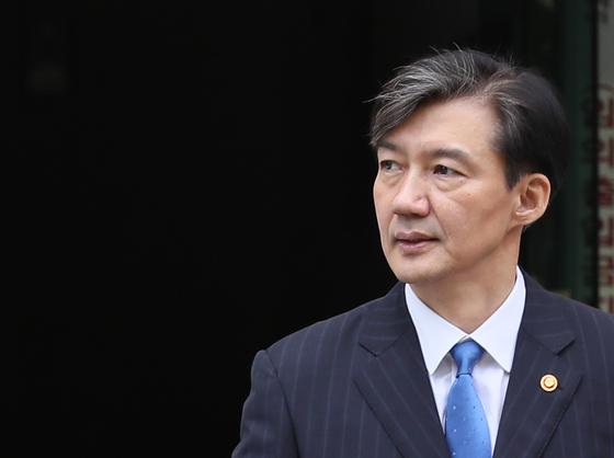 조국 법무부 장관이 16일 오전 서울 서초구 방배동 자택을 나서고 있다. [연합뉴스]
