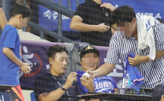 이승엽은 20년 넘는 세월 동안 팬들에게 십수만 개의 사인을 해줬다. 그런데도 그는 줄곧 팬 서비스에 인색하다는 오해에 시달렸다. [뉴스1]