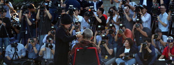 자유한국당 황교안 대표가 16일 서울 종로구 청와대 앞 분수대 광장에서 조국 법무부 장관의 사퇴를 촉구하며 삭발을 하고 있다. [뉴시스]