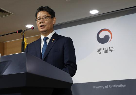 """김연철 통일부장관이 6월 19일 서울 종로구 정부서울청사 브리핑룸에서 쌀 대북지원 계획을 발표하고 있다. 김 장관은 이 자리에서 '정부는 북한의 식량상황을 고려해 그간 세계식량계획(WFP)과 긴밀히 협의한 결과, 우선 국내산 쌀 5만t을 북한에 지원하기로 했다""""고 밝혔다. [뉴스1]"""