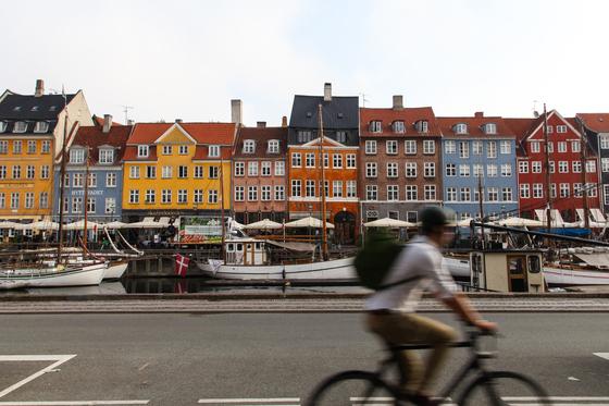 코펜하겐은 각종 조사에서 세계에서 최고의 자전거 친화 도시로 꼽히고 있다. 코펜하겐 랜드마크인 뉘하운에서 자전거를 타는 현지인의 모습. 최승표 기자