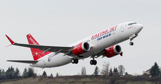 이스타항공은 지난 3월 안전 문제가 제기된 B737-맥스 8 항공기 2대의 운항을 잠정 중단하기로 했다. 사진은 2018년 12월 18일 미국 시애틀 보잉 딜리버리 센터에서 이륙하는 'B737-맥스 8'. [사진 이스타항공]