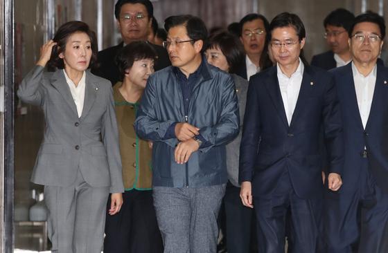 자유한국당 황교안 대표와 나경원 원내대표가 16일 국회에서 열린 최고위원회의에 참석하고 있다. . 오종택 기자