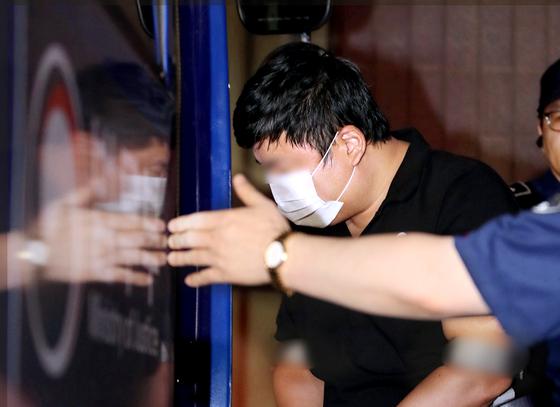 검찰 조사를 마친 조국 법무장관의 5촌 조카가 16일 오전 호송차에 오르고 있다. [뉴스1]