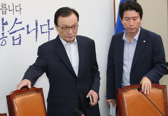 더불어민주당 이해찬 대표(왼쪽)와 이인영 원내대표가 16일 국회에서 열린 당 최고위원회의에 참석하고 있다. 오종택 기자