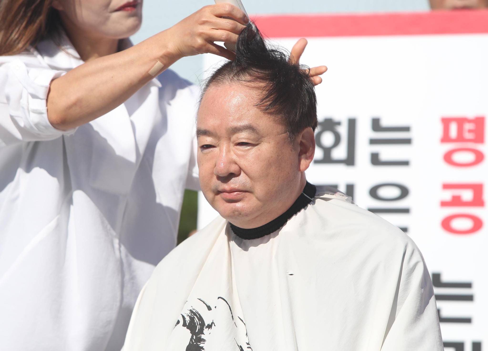 17일 오후 동대구역 광장에서 자유한국당 강효상 의원이 조국 법무부 장관의 사퇴를 촉구하며 삭발하고 있다. [연합뉴스]