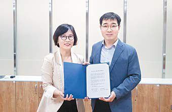 임현정 SV이노베이션 대표(왼쪽)와 유진호 상명대 LINC+ 사업단장이 지난 9일 사회맞춤형 인재 양성을 위한 공동협약을 맺었다. [사진 SV이노베이션]