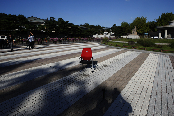 황교안 자유한국당 대표의 삭발식에 사용될 의자가 16일 오후 청와대 부수대 앞에 놓여있다. 변선구 기자