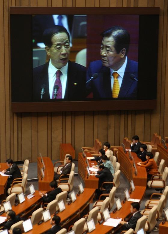 2009년 2월 국회 본회의 정치분야 대정부질의에서 고 박상천 민주당 의원이 김경한 법무장관에게 질의하고 있다. [중앙포토]