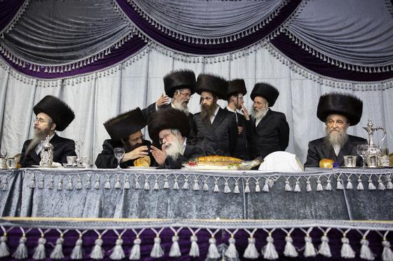'하레디'로 불리는 초정통파 유대교인들이 지난달 20일 이스라엘 텔아비브 인근 하레디마을에서 열린 전통결혼식에 참석해 대화를 나누고 있다. [AP=연합뉴스]