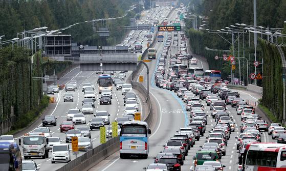 서울 잠원IC 부근 양방향이 차량으로 붐비고 있다. 환경부는 납 기준을 초과한 콘티넨털 [뉴스1]