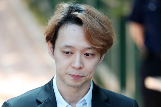 마약 투약혐의로 구속기소된 가수 겸 배우 박유천 씨가 지난 7월 2일 오전 법원으로부터 징역 10월에 집행유예 2년을 선고받고 경기도 수원시 팔달구 수원구치소를 나서고 있다. [뉴스1]