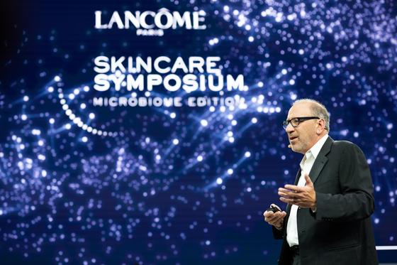 랑콤 스킨케어 심포지엄에서 리차드 갈로 피부학 교수가 연구내용을 발표하고 있다. [사진 랑콤]