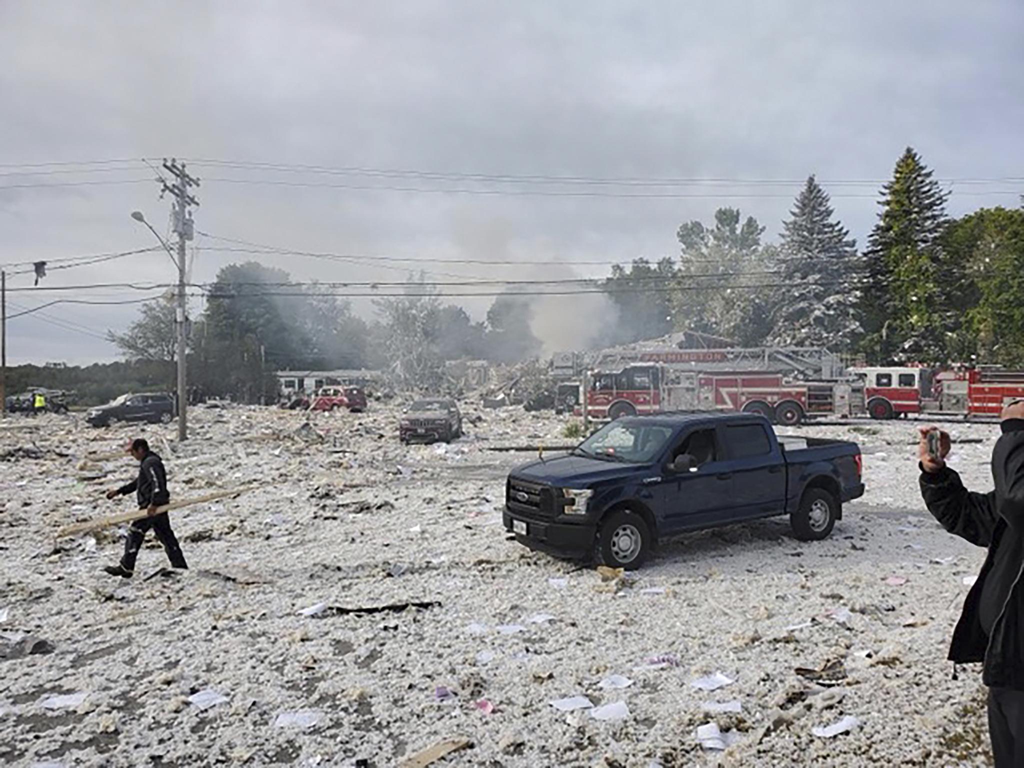 미국 메인주 작은도시 파밍턴에서 16일(현지시간) 오전 가스폭발사고가 발생했다. 폭발로 인해 건물잔해가 거리에 흩어져 있다.[AP=연합뉴스]