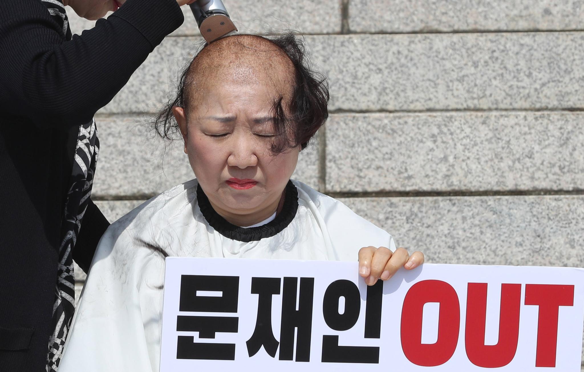 자유한국당 박인숙 의원이 11일 오전 국회 본청 앞 계단에서 조국 법무부 장관 해임을 요구하며 삭발하고 있다. [연합뉴스]