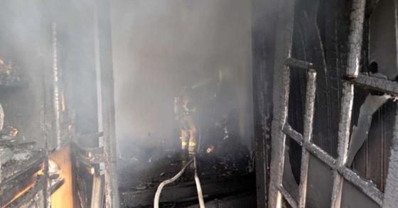 17일 오후 4시 48분 강원 춘천시 남면 광판리 한 주택에서 불이 나 소방대원이 진화하고 있다. 이 화재로 1명이 숨지고 2명이 화상을 입었다. [강원도소방본부 제공]