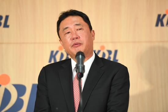 지난 7월 1일 전주 KCC 감독으로 복귀가 확정된 전창진 감독이 KBL센터에서 열린 재정위원회 후 기자회견에서 소감을 밝히고 있다. KBL 제공