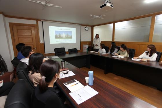 재난구호와 지역부흥 국제세미나에서 특별강연 중인 야마 요시유키 교수.