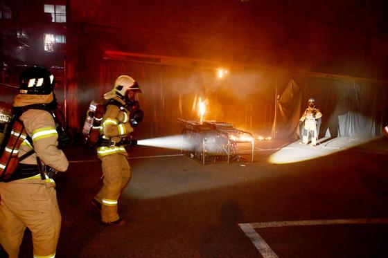 17일 오후 11시 55분쯤 인천시 계양구의 한 마트에 화재가 발생해 소방대원들이 화재를 진압하고 있다. [인천계양소방서 제공=뉴스1]