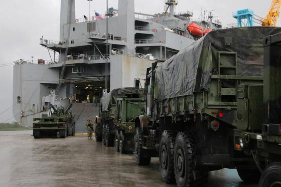 미국 유군이 준비 예비대 소속 상선에 장비를 싣고 있다. [사진 미 육군]