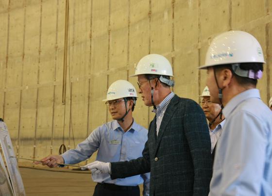 """허창수 GS 회장(가운데)은 17일 보령LNG터미널에 방문했다. 허 회장은 현장에서 경영진에게 '안정적인 LNG 공급을 통해 국내 민간 발전 1위를 확고히 하자""""고 말했다. [사진 GS]"""