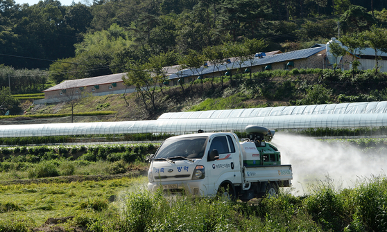 전국에서 가장 많은 돼지를 사육하고 있는 충남 홍성군이 아프리카돼지열병 유입을 차단하기 위해 차량을 동원, 방역작업을 벌이고 있다. [사진 홍성군]