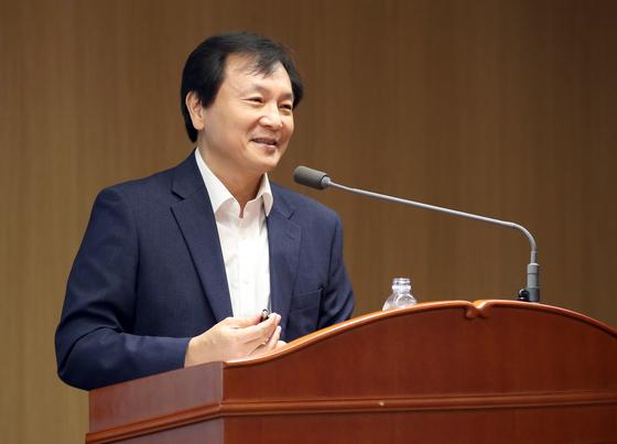 신인석 한국은행 금융통화위원이 18일 기자간담회에서 모두발언을 하고 있다. [한국은행]