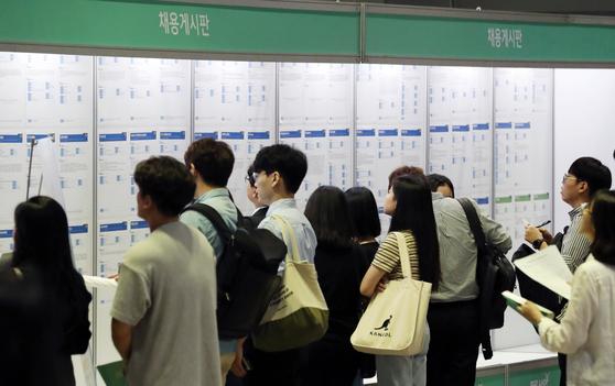 국내 중소기업 66.9%가 인력 부족을 겪고 있는 것으로 나타났다. 사진은 지난 10일 서울 강남구 코엑스에서 열린 2019 물류산업 청년 채용박람회에서 구직자들이 취업게시판을 보는 모습. [뉴스1]