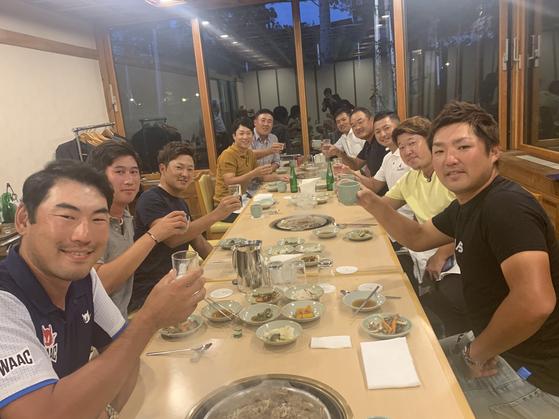 김경태(왼쪽 넷째)가 17일 서울 강서구의 한 식당에서 김찬(왼쪽), 이마히라 슈고(왼쪽 셋째) 등 JGTO 투어 무대에서 활동중인 동료들을 저녁 식사에 초청했다. [사진 신한금융그룹]