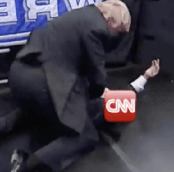 2017년 7월 도널드 트럼프 미국 대통령이 자신의 트위터에 리트윗했던 영상. 트럼프 대통령의 얼굴이 합성된 남성이 CNN의 로고가 합성된 남성의 얼굴을 향해 주먹을 날리는 모습. [중앙포토]